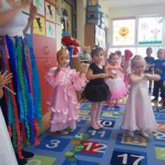 W garderobie teatralnej: grupa maluchów